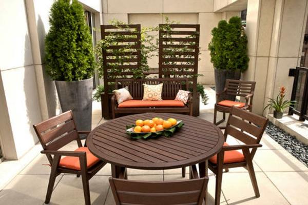 gute idee für balkongestaltung - hölzerne elemente und große pflanzen