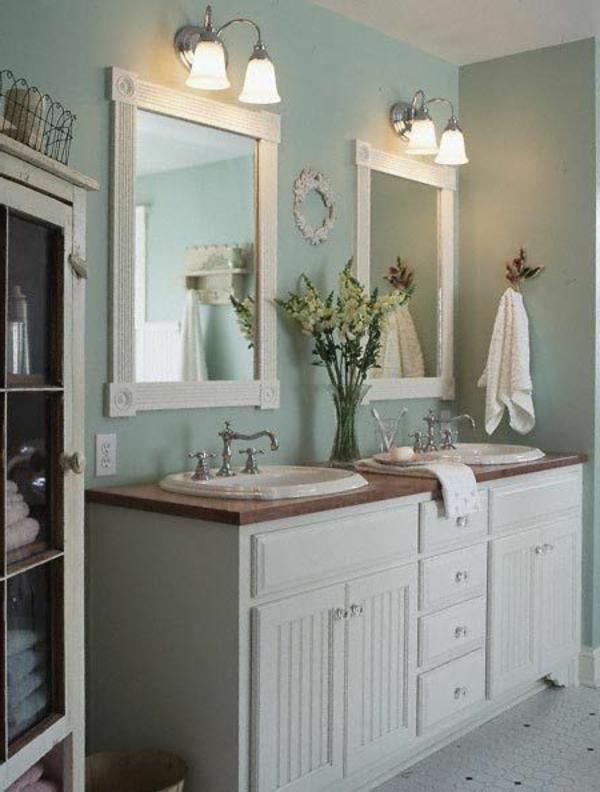 schöne badideen - zwei spiegel mit weißen rahmen und einem blumenstrauß