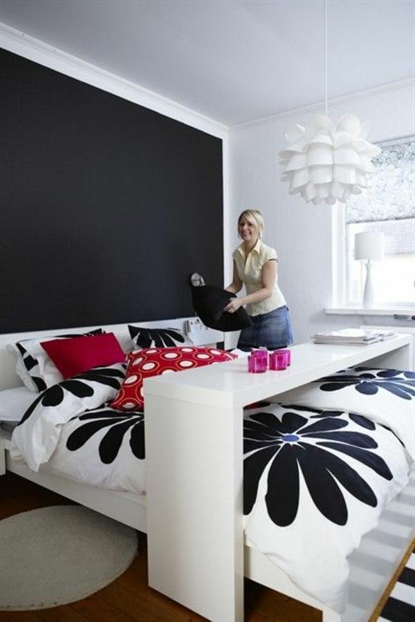Eyecatcher fürs Schlaffzimmer- Tafel in Schwarz hinter dem Bett