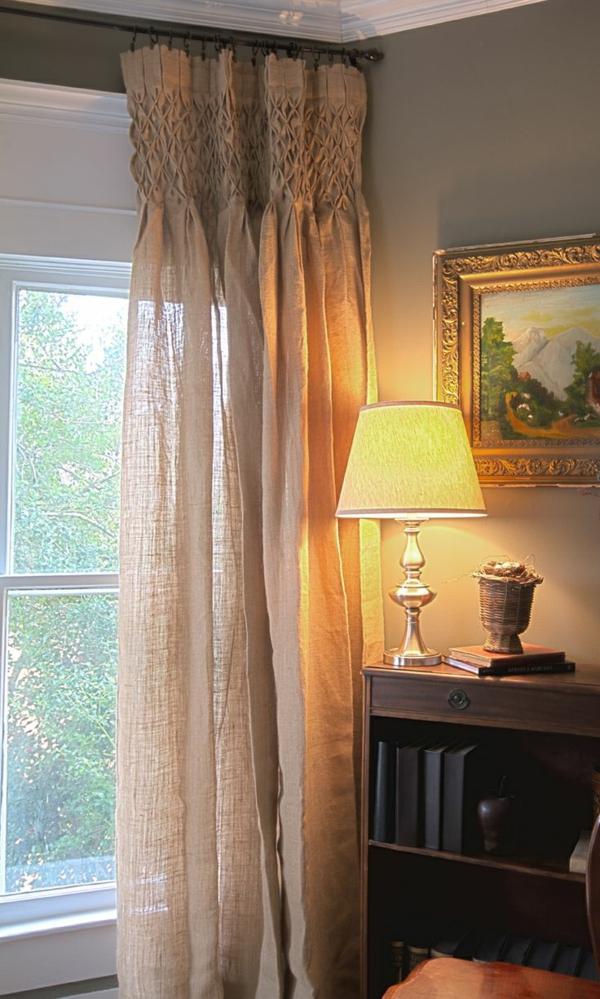 Gardine, die durchsichtig ist, am Fenster