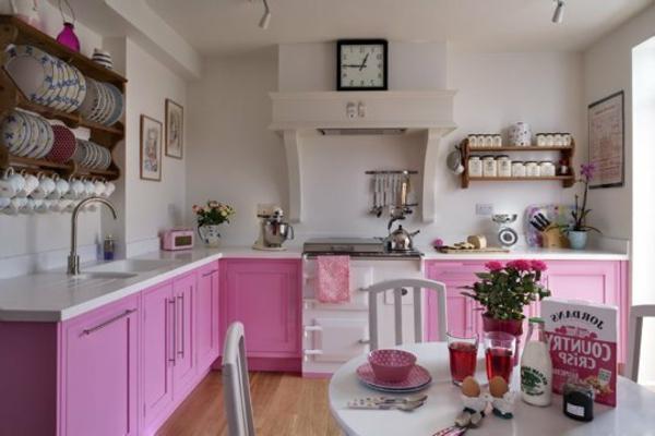 wandgestaltung - weiß rosige schränke in der küche