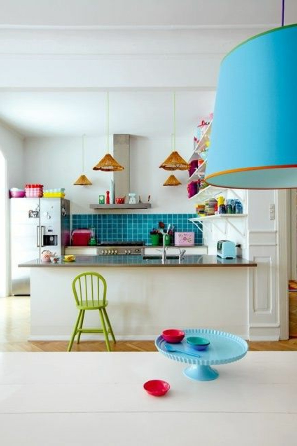 küche mit weißer wandgestaltung und vielen bunten dekoartikeln in grellen nuancen