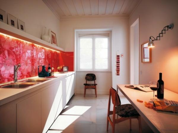 küche gestaltung mit rotem küchenspiegel als akzent in der küche