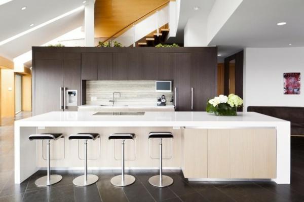 weiße küchenrückwand und braune küchenschränke