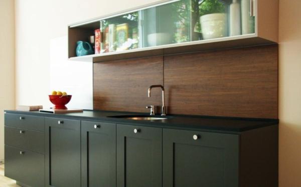 küche mit hölzerner rückwand und schwarzen küchenschränken