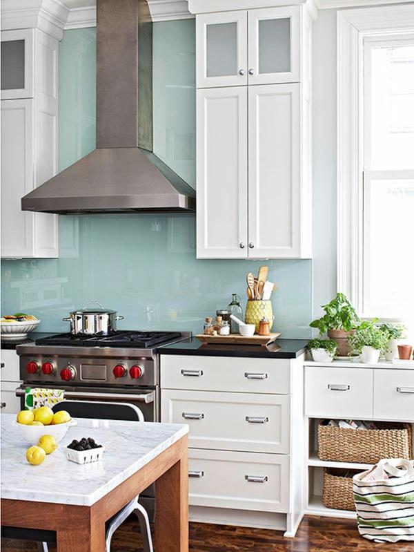 küchenspiegel in hell blau und weiße küchenschränke