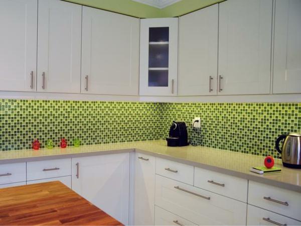 kleine küche mit weißer gestaltung und geometrischen figuren weiße schränke