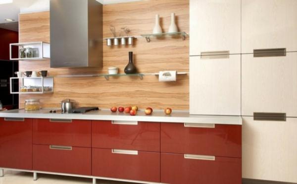 hölzerne küchenrückwand und rote schränke