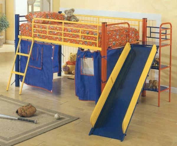 spielzeuge und bunte farben fürs hochbett mit rutsche