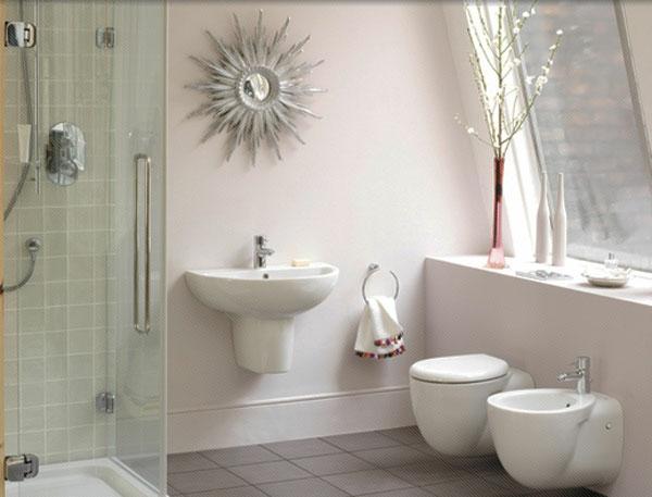 baddesign mit einem originellem modell vom spiegel und weißen wandgestaltung