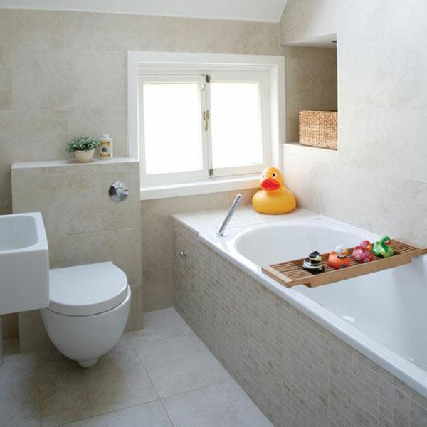 badetzimmer schön gestalten - spielzeuge und marmor badewanne