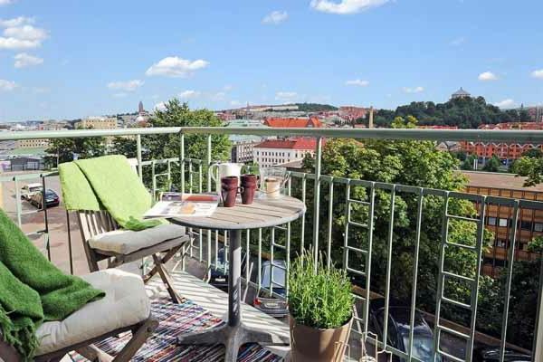 kleine terrasse mit schöner aussichr und hölzernen möbeln