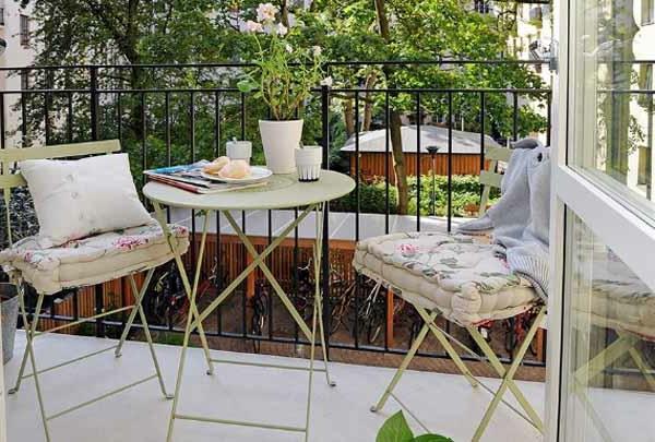 bild von eine schöner kleiner terrasse mit weißen möbeln