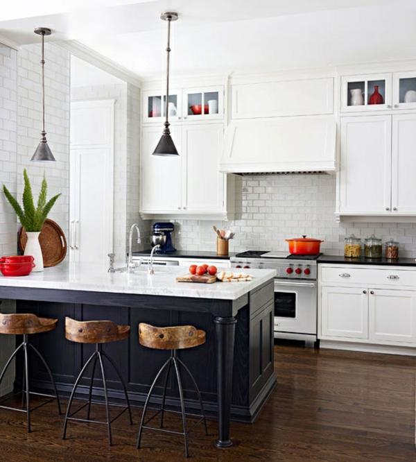 küche in weiß mit roten akzenten und einem großen kochinsel