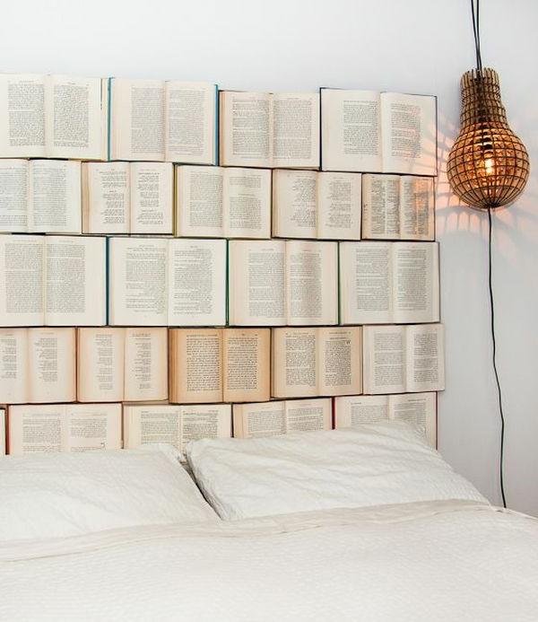 Kreatives Bett Design mit vielen Büchern statt Kopfbrett