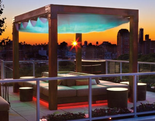 großer balkon mit kreativer ausstattung - mit hölzerner möbel konstuktion