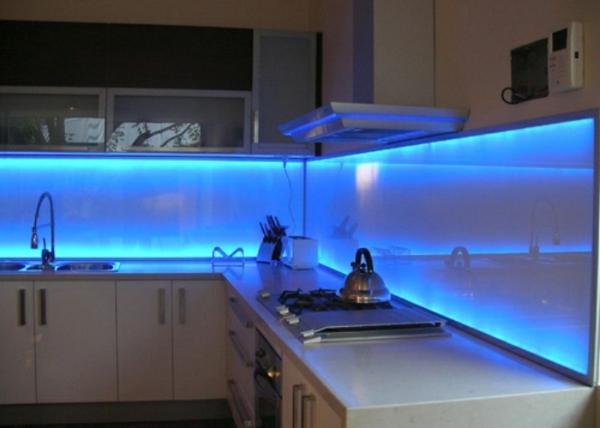 blau beleuchtetes  küchenspiegel aus glas