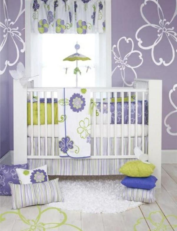 weiße blumen bemalungen an der wand  im lila babyzimmer