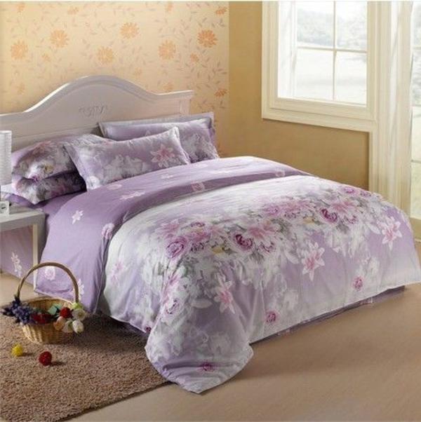 schlafzimmer mit einem bett mit lila bettbezügen und kissen