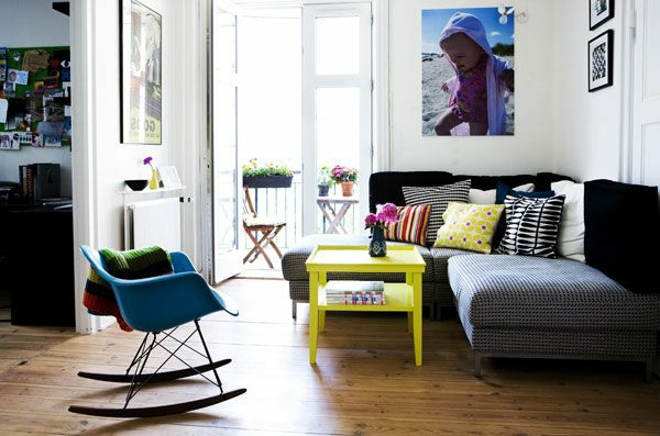 wohnzimmer design mit einem sofa, einem tisch in gelb und einem swing chair