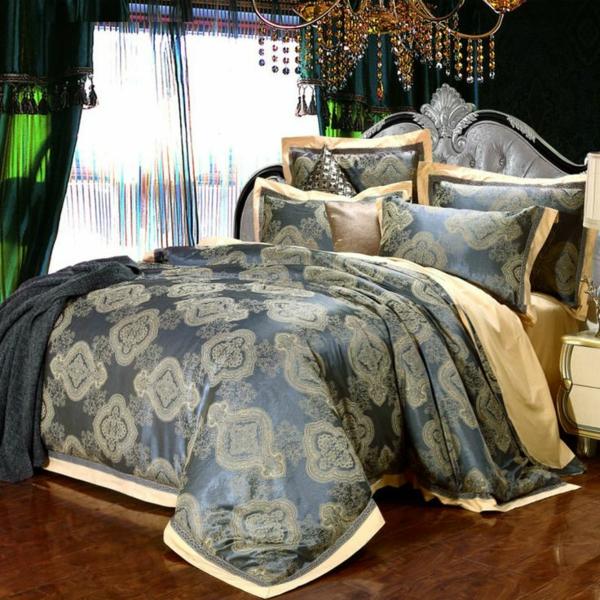 schlafzimmer mit einem luxus bett mit originellen bettbezügen und kissen