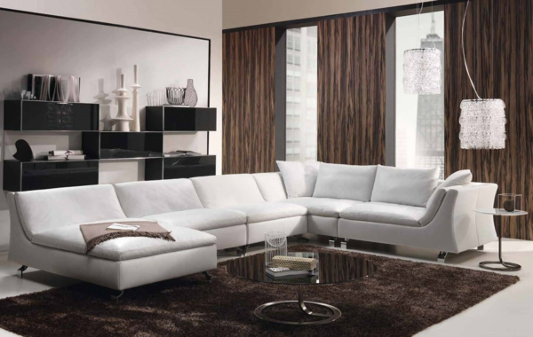 wohnzimmer ausstattung mit einem großen weißen sofa