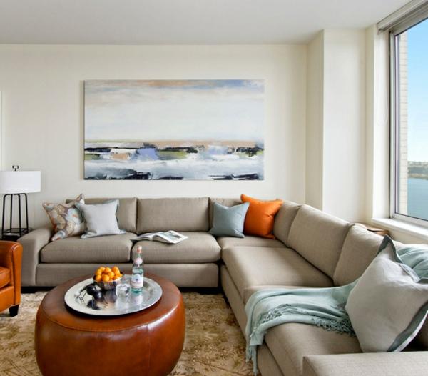 wohnzimmer einrichtungsidee - ein sofa mit dekokissen in grau und orange