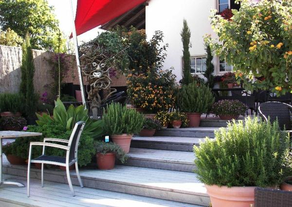 gartengestaltung ideen - viele grünen pflanzen und treppen aus stein