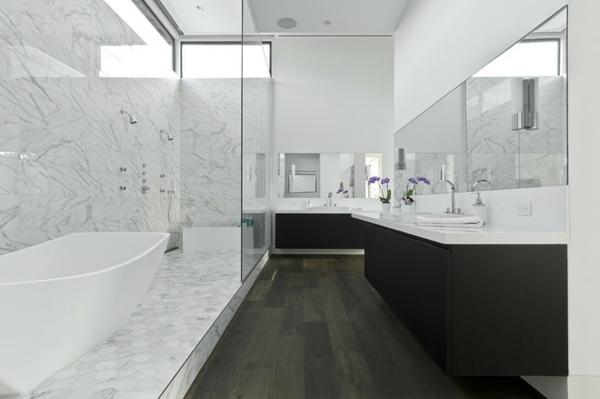 badeeinrichtung ideen - marmor teil mit badewanne und kontrastiereneder teil mit schwarzem waschentisch