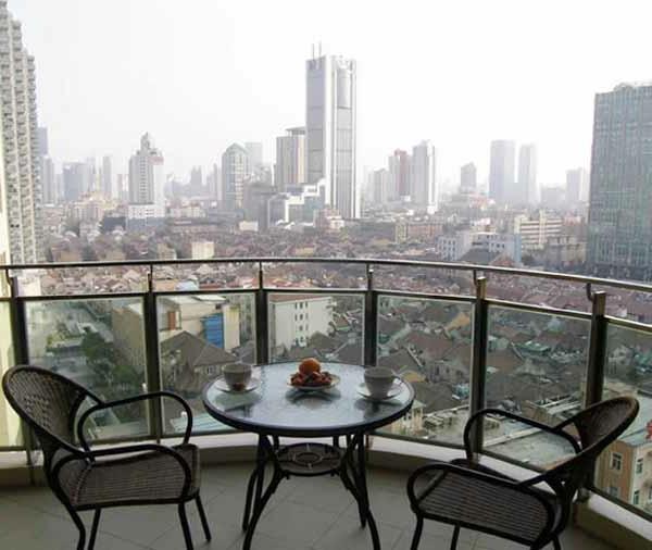 luxus terrasse mit schönem blick auf die stadt