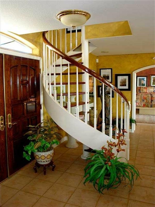 Moderne Spiraltreppen im Hausflur