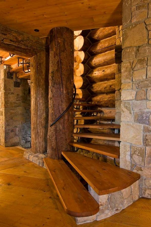 Naturfreundliche Spiraltreppen im hölzernen Haus
