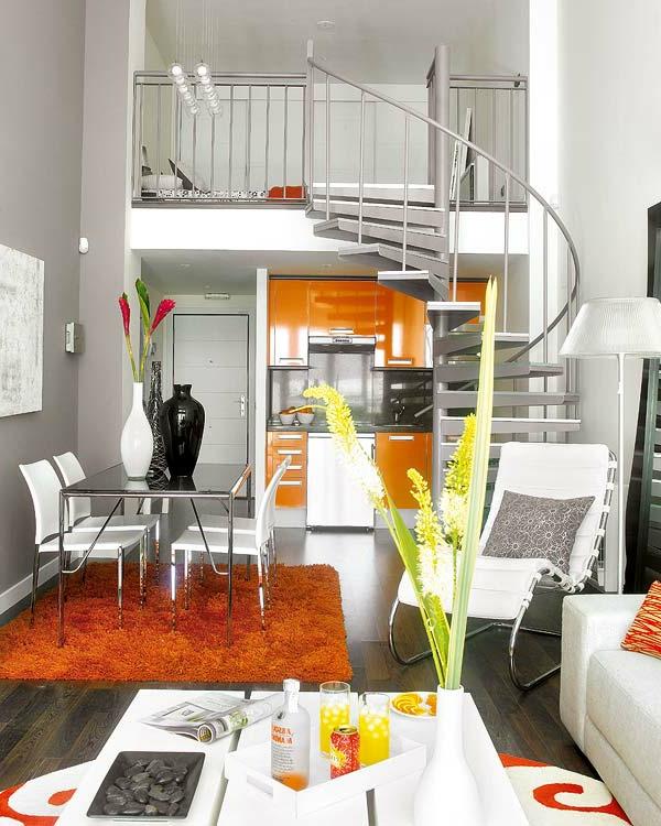 Elegante Spiraltreppen im gemütlichen Wohnzimmer