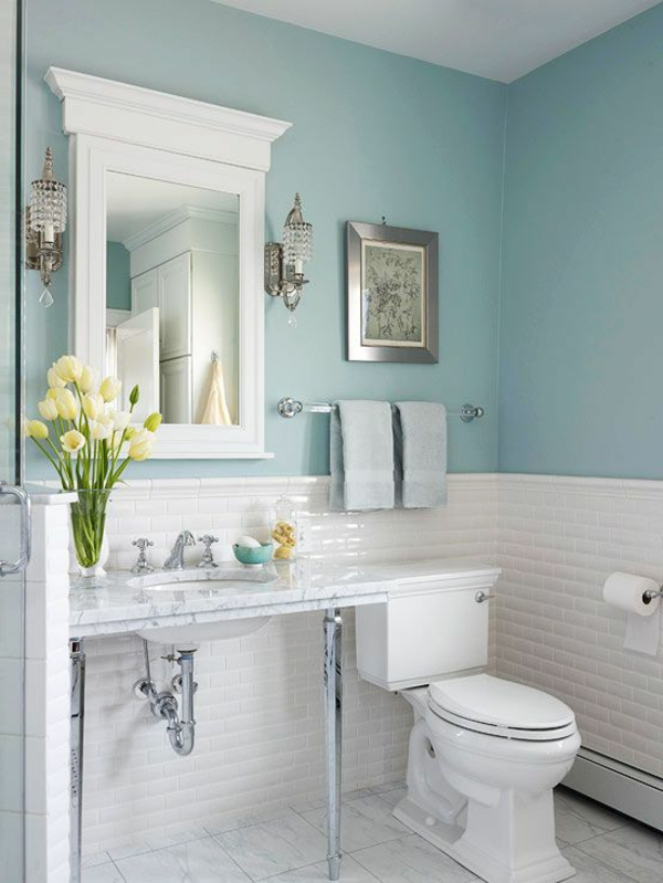 badezimmer gestaltung mit wänden in blauer farbe und weißem spiegel