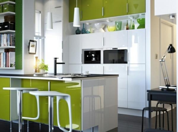 kochinsel mit barhockern weiße und grünen farben in der küche