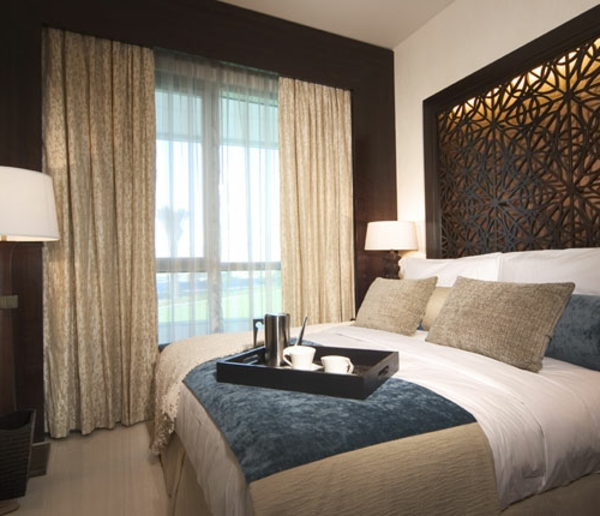 Braune Wand im Schlafzimmer mit modernen Vorhängen