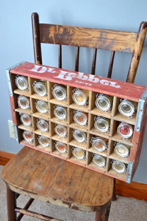 stuhl mit einem alten kasten drauf - gewürze aufbewahren und organisieren