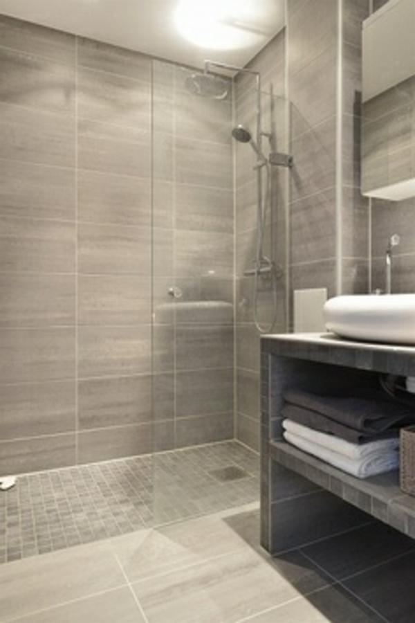 badausstattung mit gläserner duschkabinenwand