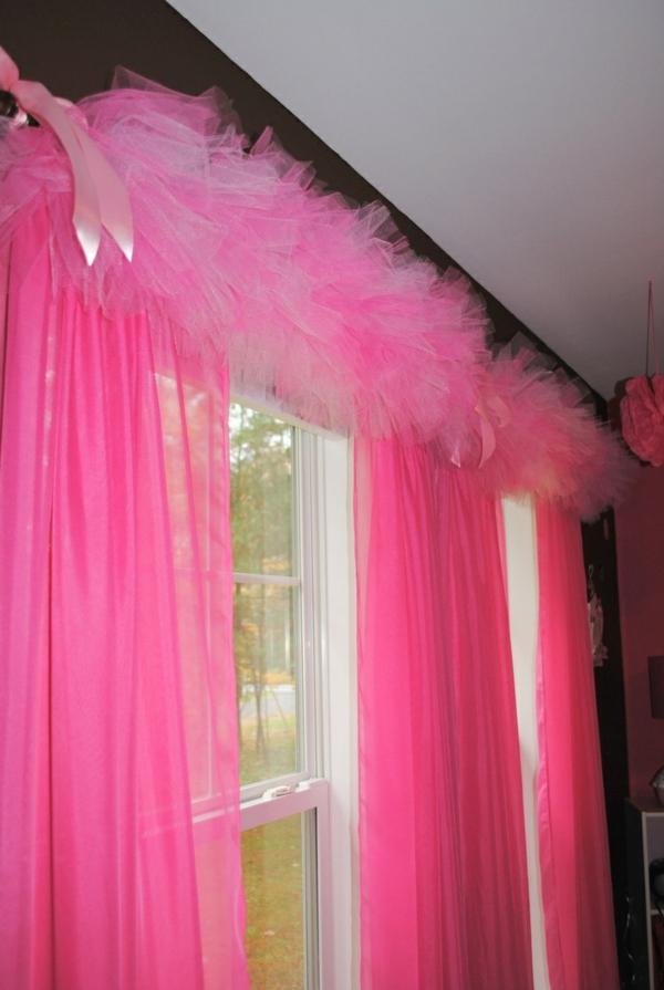 Fenster mit rosigen Vorhängen - modern und kreativ