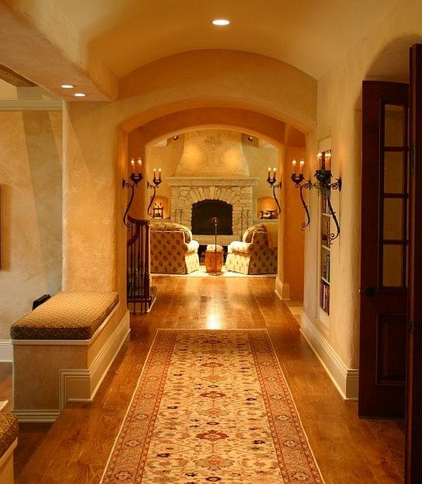 Elegante Leuchte und warme Atmosphäre im Hausflur