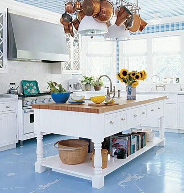 weiße küche mit interessanter dekoration
