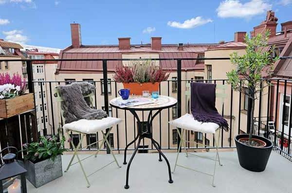 moderne terrasse mit deko - tüchern und bunten pflanzen