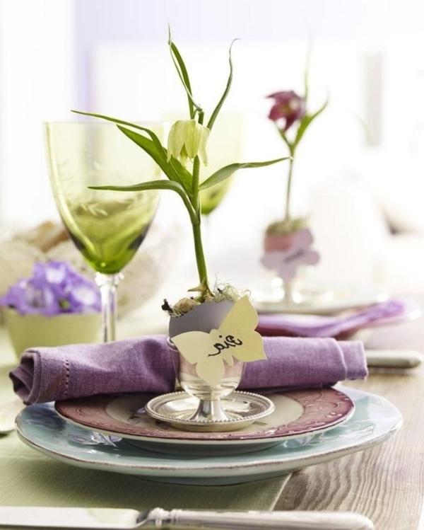 tischdeko mit porzellangeschirr blume serviette in lila