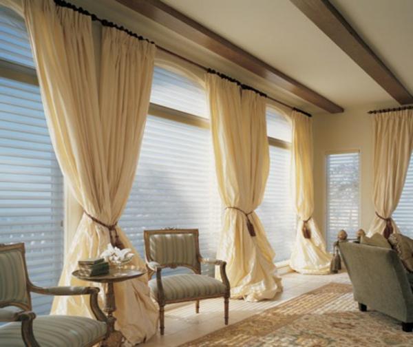 Dekorative Vorhänge im Wohnraum mit enormer Größe