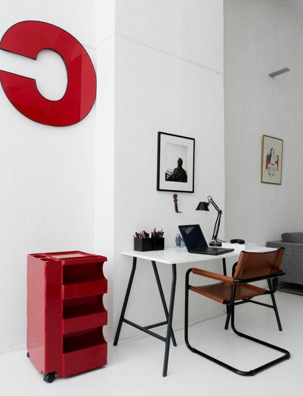 Modernes Arbeitszimmer mit auffälligen Elementen in Rot-ein richtiger Eyecatcher