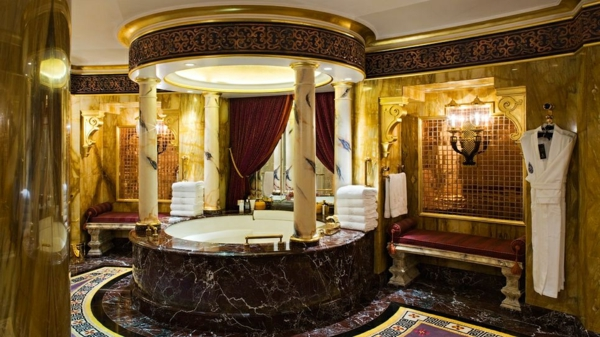 badezimmer elegant einrichten - luxus badewanne mit säulen aus marmor