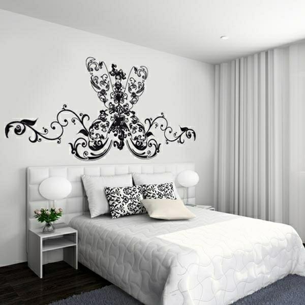 schlafzimmer modern ausstatten - schwarze malerschablone an der wand und weiße gestaltung