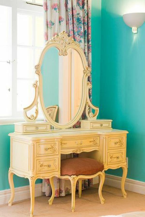 bunte vorhänge, blaue wandgestaltung und luxus spiegel für eine moderne wohnung ausstattung