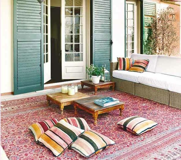 terrassenbau mit kleinen nesttischen und schönem weißen sofa