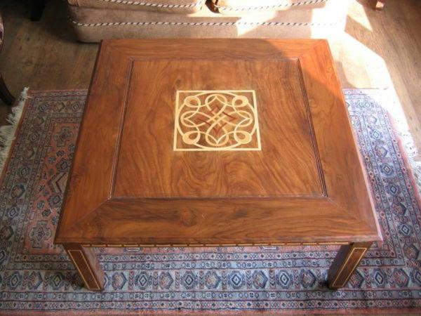 tisch mit einem deko-element und teppich